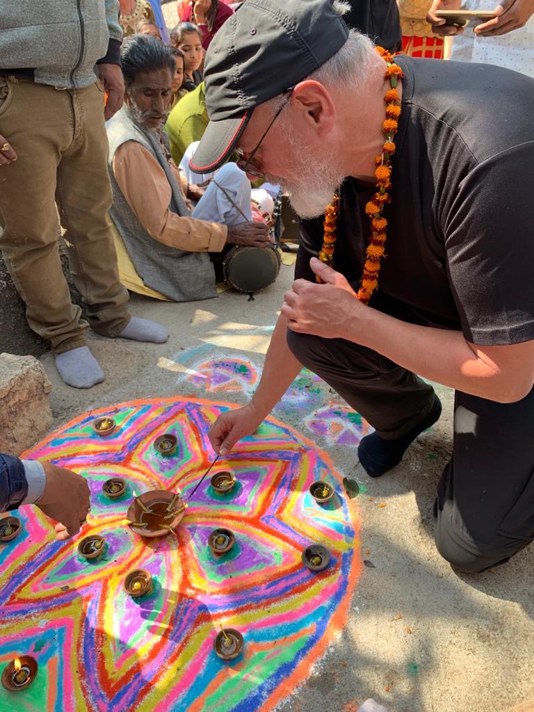 Bei der Einweihung eines kleinen Tempels zu Ehren und aus Anlass des Besuches.